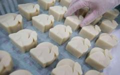 الصورة: الصورة: دبي تعيد عراقة صناعة الصابون بحليب الإبل