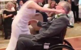 الصورة: الصورة: (فيديو) قبل الموت.. يراقص ابنته في حفل زفافها على كرسي متحرك