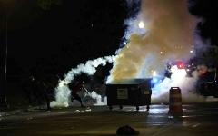 الصورة: الصورة: فوضى في أمريكا.. اشتباكات مسلحة وقتلى وأعمال شغب