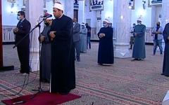 الصورة: الصورة: عودة صلاة الجمعة بالمساجد الكبرى بمصر بعد غياب 5 أشهر