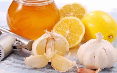 الصورة: الصورة: فوائد تناول خليط الثوم والليمون على الريق
