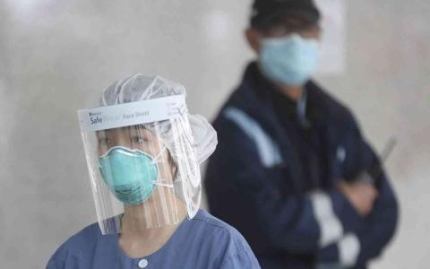 الصورة: الصورة: دراسة تظهر انتقال فيروس كورونا عبر القناع البلاستيكي