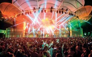الصورة: الصورة: دبي تجمع فنانين وموسيقيين من 70 دولة في اليوبيل الفضي للقرية العالمية