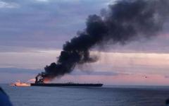 الصورة: الصورة: بالفيديو.. البحرية السريلانكية تنقذ طاقم ناقلة نفط محترقة