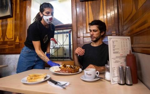 الصورة: الصورة: انتشار فيروس كورونا في المطاعم أسرع منه في وسائل النقل