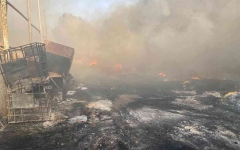 الصورة: الصورة: السيطرة على حريق 4 مستودعات بصناعية عجمان