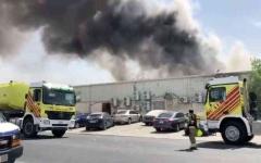 الصورة: الصورة: دفاع مدني دبي يخمد حريقاً شب في مستودع بالقوز