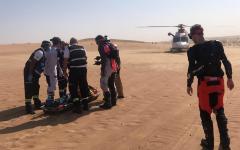 """الصورة: الصورة: إنقاذ وإخلاء طبي لبريطاني في صحراء """"مرغم"""" بدبي"""