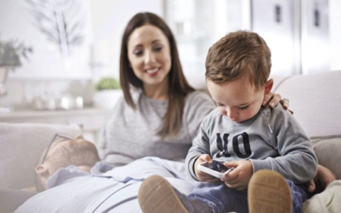 الصورة: الصورة: ماذا يصيب الطفل عند متابعة أكثر من 7 منصات إلكترونية؟