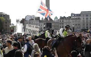الصورة: الصورة: اشتباكات بين الشرطة ومتظاهرين مناهضين للإغلاق في لندن