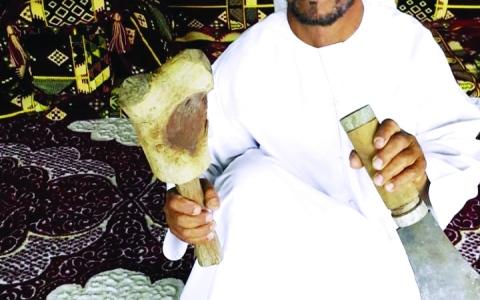 الصورة: الصورة: «الشنكة» و«المكلدة» رفيقتان دائمتان لمزارعي النخيل