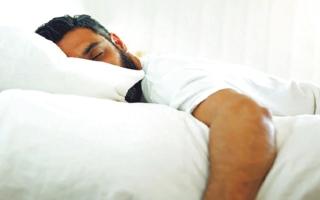 الصورة: الصورة: النوم على البطن خطر  على العمود الفقري
