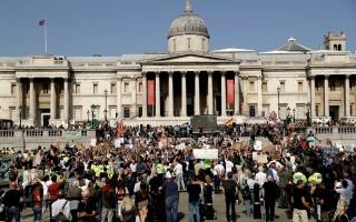 الصورة: الصورة: الشرطة البريطانية تعتقل 32 شخصاً إثر احتجاج عنيف مناهض للإغلاق