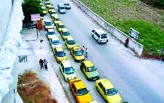 الصورة: الصورة: طوابير البنزين في سوريا.. عذاب للسائقين ورزق لآخرين!