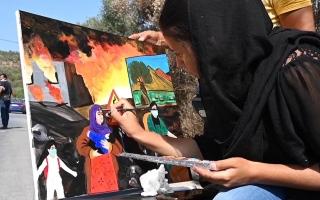 """الصورة: الصورة: شاهد.. فظاعة حريق مخيم موريا بريشة اللاجئة الأفغانية """"ليدا"""""""