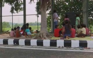 الصورة: الصورة: شاهد.. دبلوماسي وزوجته يقدمان دروساً مجانية على قارعة الطريق لأطفال فقراء