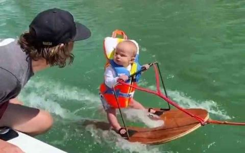 الصورة: الصورة: ابن الـ 6 أشهر أصغر متزلّج على الماء
