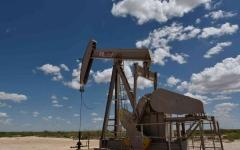 الصورة: الصورة: هبوط النفط بعد زيادة مفاجئة للمخزونات الأمريكية