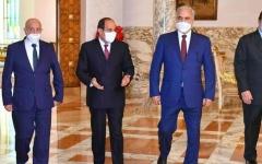 الصورة: الصورة: السيسي يلتقي عقيلة صالح والمشير حفتر بالقاهرة