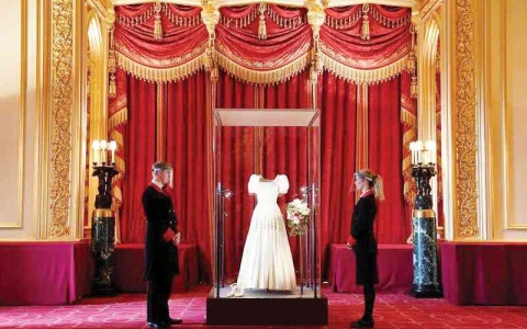 الصورة: الصورة: عرض ثوب زفاف الأميرة بياتريس بقلعة وندسور
