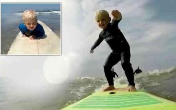 الصورة: الصورة: شاهد.. الطفل المعجزة يحترف ركوب الأمواج منذ سن العامين
