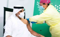 الصورة: الصورة: خالد بن محمد بن زايد يتلقى الجرعة الأولى للقاح «كورونا»