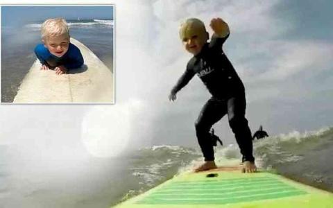 الصورة: الصورة: الطفل المعجزة يحترف ركوب الأمواج