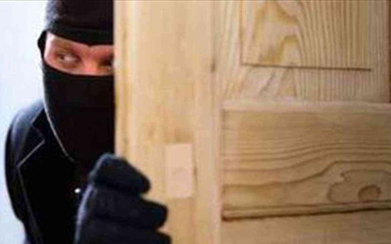 الصورة: الصورة: يختبئ في حمَّام بنك 6 ساعات محاولاً سرقته