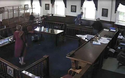 الصورة: الصورة: شاهد .. متهم يهرب من قاعة المحكمة بعد الحكم بسجنه