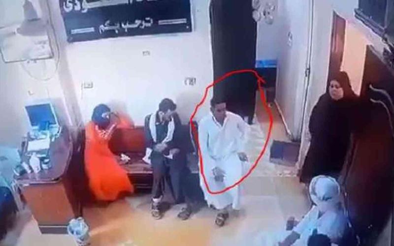 الصورة: الصورة: شاب يصطحب زوجته المريضة للطبيب فيموت في العيادة