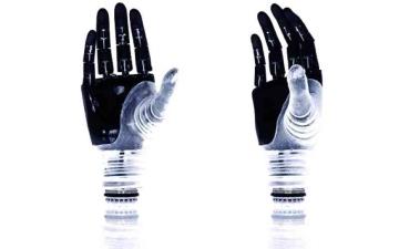 الصورة: الصورة: طرف صناعي يؤدّي وظائف الذراع البشرية