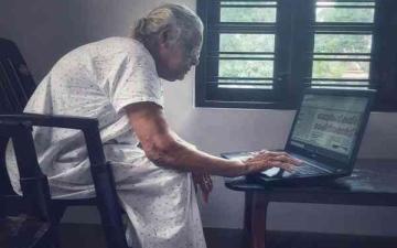 الصورة: الصورة: هندية تسعينية تواكب التكنولوجيا لقراءة الصحف