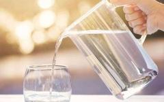 الصورة: الصورة: دراسة علمية تنصح بشرب مزيد من الماء مع التقدم في العمر