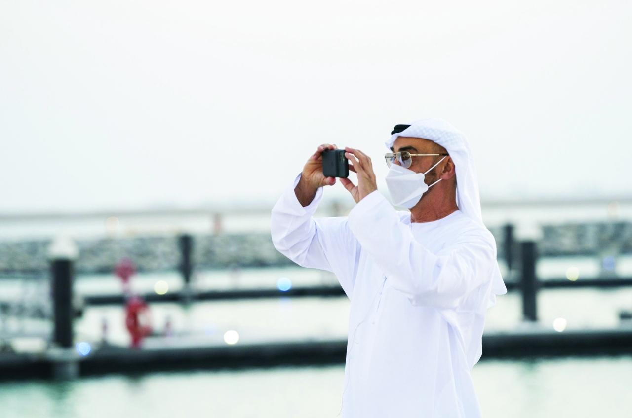 الصورة : محمد بن زايد خلال الجولة في مشروع الحديريات بأبوظبي | تصوير: حمد المنصوري وسعيد خواجة