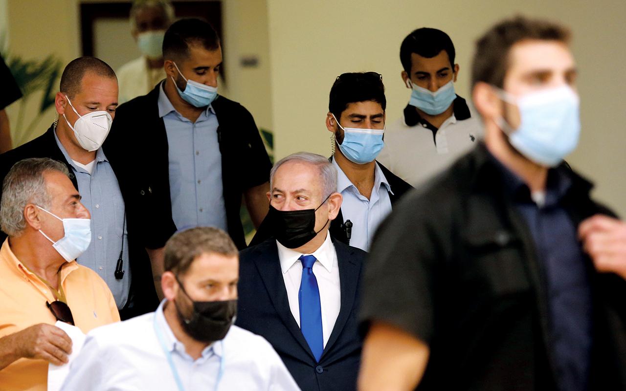 الصورة : نتانياهو خلال دخوله قاعة الكنيست الإسرائيلي   إي.بي.إيه