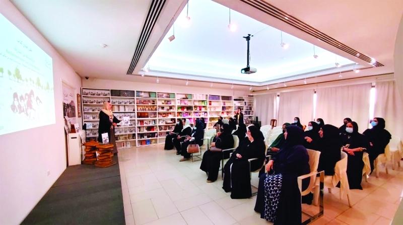 الصورة : رفيعة غباش خلال الإعلان عن الكتاب في متحف المرأة | من المصدر