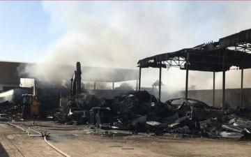 الصورة: الصورة: مدني الشارقة يسيطر على حريق بالصناعية 10