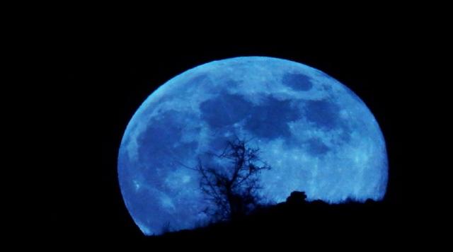 صورة القمر الأزرق يطلّ على كوكبنا غداً – فكر وفن – الصفحة الأخيرة