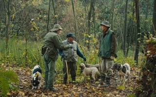الصورة: الصورة: «صيادو الكمأ» يوثّق حياة الصيادين وكلابهم