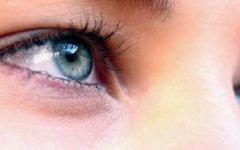 الصورة: الصورة: التورم تحت العينين.. يزداد مع تقدم السن