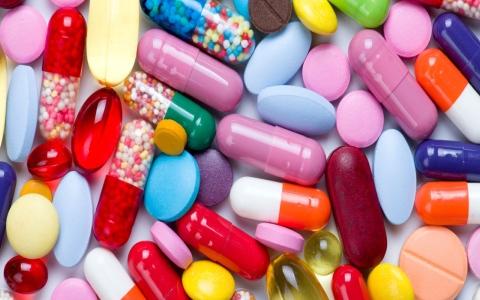 الصورة: الصورة: طبيب يحذر من مخاطر المضادات الحيوية