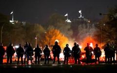 الصورة: الصورة: تظاهرات واشنطن تخلع رداء السلمية
