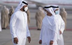 الصورة: الصورة: محمد بن زايد  يستقبل ملك البحرين  لدى وصوله للدولة
