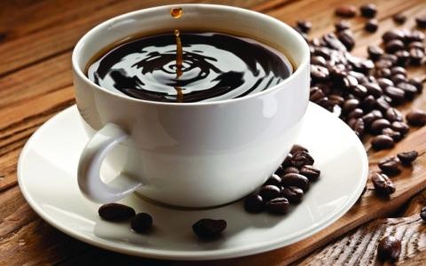 الصورة: الصورة: كوب من القهوة يوميا أثناء الحمل قد يزيد من خطر الإملاص