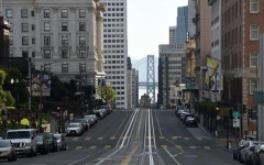الصورة: الصورة: حظر تجوّل ليلي في أنحاء واسعة من كاليفورنيا لكبح تفشّي كوفيد-19