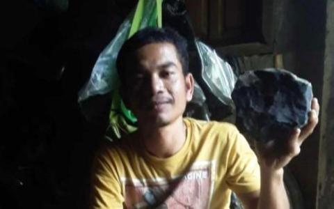 الصورة: الصورة: «صانع نعوش» إندونيسي: خبير أمريكي غرر بي في عملية بيع الـ«نيزك»