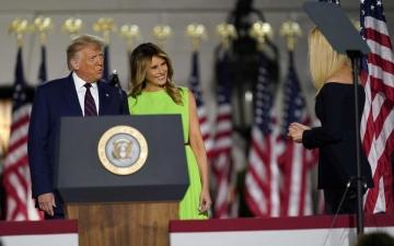 """الصورة: الصورة: """"تويتر"""" يكشف مصير الحساب الرسمي لرئيس أمريكا والسيدة الأولى"""