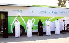 الصورة: الصورة: «صحة دبي» و«دبي القابضة» تحتفيان بتدشين حافلة تبرع بالدم مطوّرة