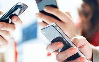 الصورة: الصورة: حمل الهاتف الذكي لمدة طويلة قد يغير شكل اليد