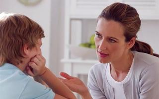 الصورة: الصورة: المحادثات المتتالية مع الأطفال تساعدهم على تطوير مهارات أفضل